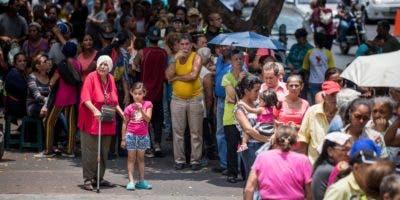 Decenas de personas asisten al hospital Carlos J Bello de la Cruz Roja para recibir el kit de agua potable que forma parte de la ayuda humanitaria este jueves, en Caracas (Venezuela).