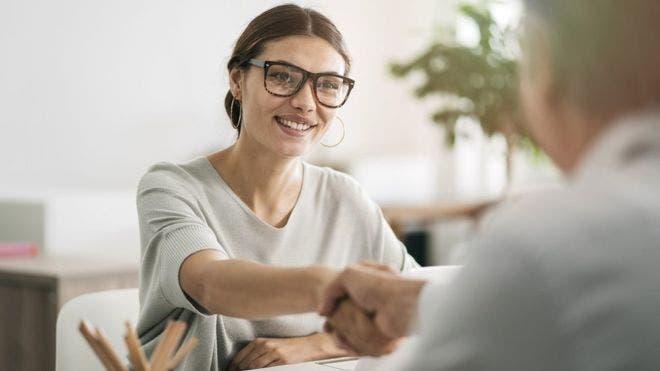 Un elemento que sigue siendo esencial en los procesos de contrataciones es la entrevista en persona.