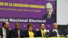 Lidio Cadet, junto a los demás miembros de la Comisión Electoral, en  la rueda de prensa.