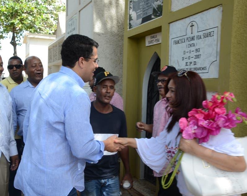 David Collado  saluda a  familias  en cementario.