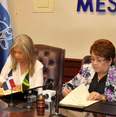 Los incumbentes durante la firma del acuerdo. C. Fernández