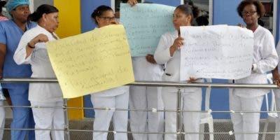 Enfermeras piquetearon  con pancartas y coros.  C. Fernández