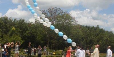Victor Masalles eleva un gigante rosario  el cielo   en honor a las madres.  JOSE DE LEON