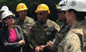 Embajadora  escucha explicaciones del general Méndez.