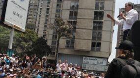 El líder opositor Juan Guaidó se dirige a sus seguidores en una concentración en Caracas.