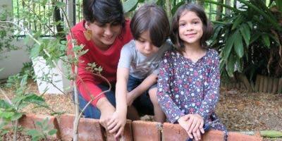 Paola junto a sus hijos Jean-Luc y Sophie    sembrando un árbol.
