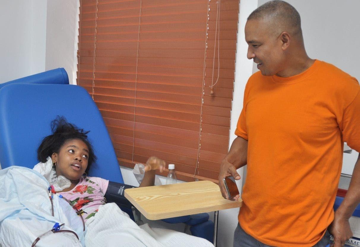 Osval Ramírez acompaña  a su hija de once años mientras se dializa.   Carolina Fernández