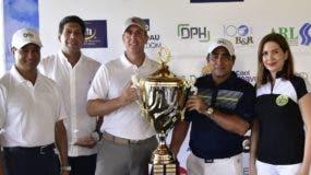 Oded Effes y Federico Bogaert reciben la copa del torneo de manos de los directivos de Adoexpo.