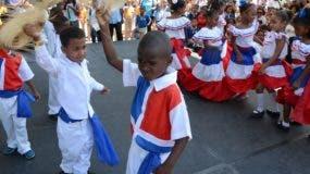 Niños de la escuela Rafael Américo Henríquez de San Isidro bailan mangulina.
