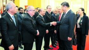 El embajador Briunny Garabito Segura saluda al  presidente de China, Xi Jinping, durante la visita  del presidente Danilo Medina a Beijing el pasado año  .  Fuente externa