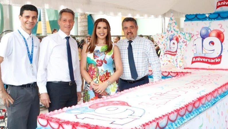Raúl Roque, Olivier Pellín, Yubelkis Peralta  y Gerardo García, junto al enorme pastel en el agasajo.