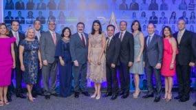 Rogelio Viesca, presidente de Claro, junto al equipo ejecutivo de la empresa.