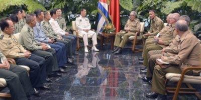 El expresidente Raúl Castro y el almirante  Miao Hua.