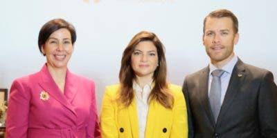 Mónika Infante, Paola Rainieri y Jake Kheel.
