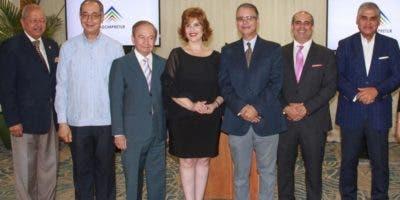 """Directivos de la Adompretur y personalidades invitadas durante el lanzamiento del premio """"Luis Augusto Caminero""""."""