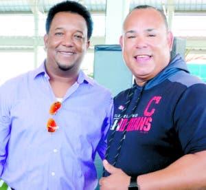 Pedro Martínez y Carlos Baerga en la academia de Cleveland.