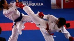 La karateca dominicana  Karina Díaz, derecha, en una de sus grandes competencias.