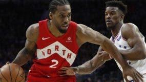 Kawhi Leonard hace ofensiva durante el partido de anoche en que los Raptors vencieron a Filadelfia Sixers.  AP