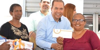 Juan Oviedo entrega los regalos a las madres.