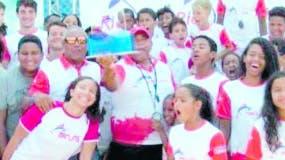 Atletas de los Marlins de Arroyo Hondo celebran.