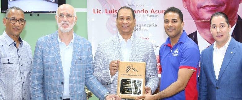 Luis  Armando Asunción Álvarez recibe reconocimiento.