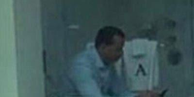 En la gráfica, A-Rod está sentado en el retrete con el celular.