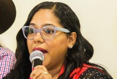 Linabel González ofrece detalles de la cabalgata.