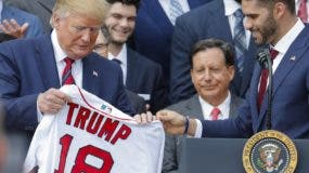 El presidente Donald Trump recibe una camisa de Boston.