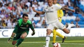 Mariano Díaz se dispone a ejecutar ofensiva  para la realización de uno de sus dos goles.  AP