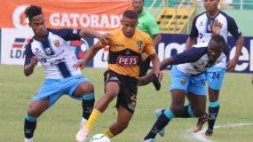 La acción corresponde al partido entre Moca FC y Pantoja el pasado domingo.