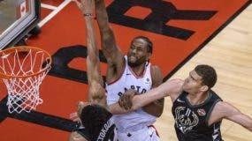 Kawhi Leonard hace ofensiva sobre Giannis Antetokounmpo en la final del Este .  AP