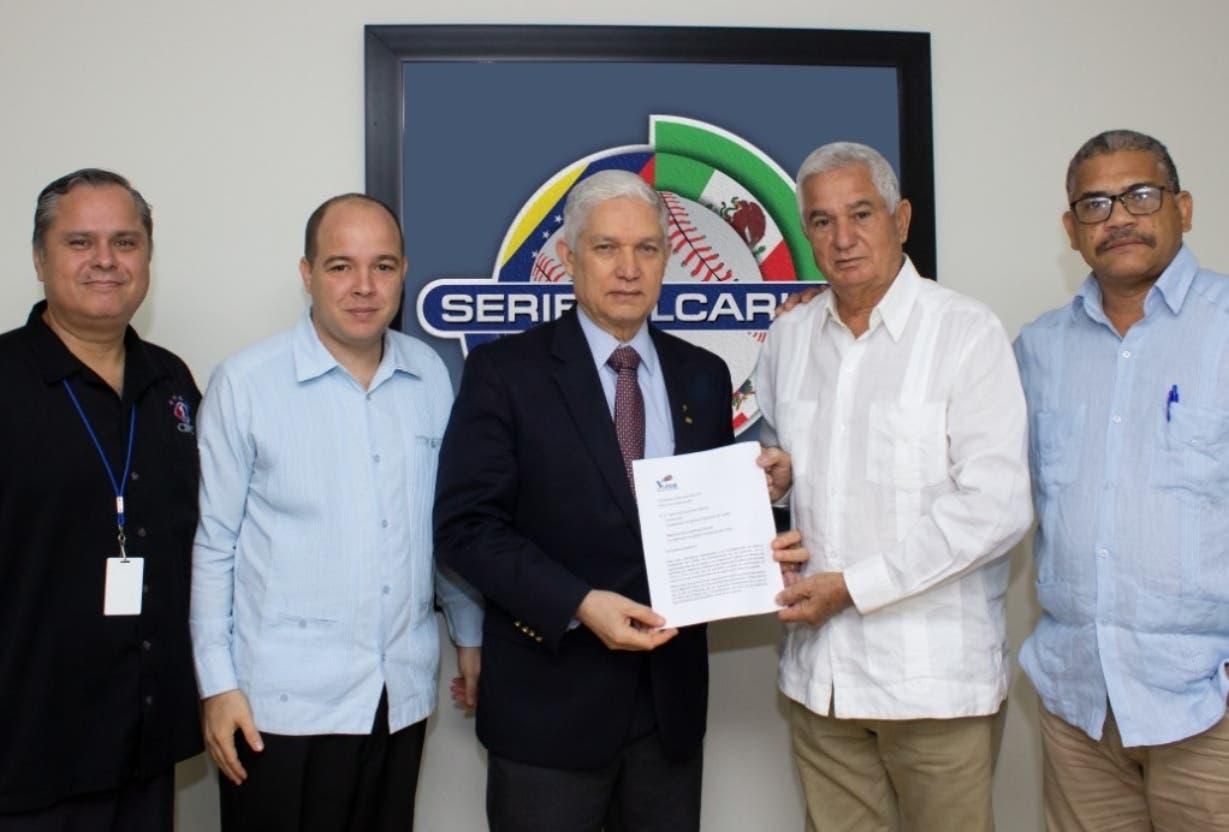 La delegación cubana entrega la misiva a Juan Francisco Puello Herrera para entrar a la SC.