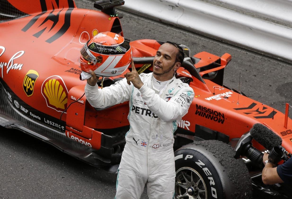 El piloto inglés Lewis Hamilton celebra tras obtener la victoria ayer en el GP de Mónaco.