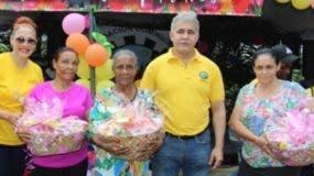 Miguel Ángel Codero y  Marisol Henríquez entregan canastas de alimentos a las madres.