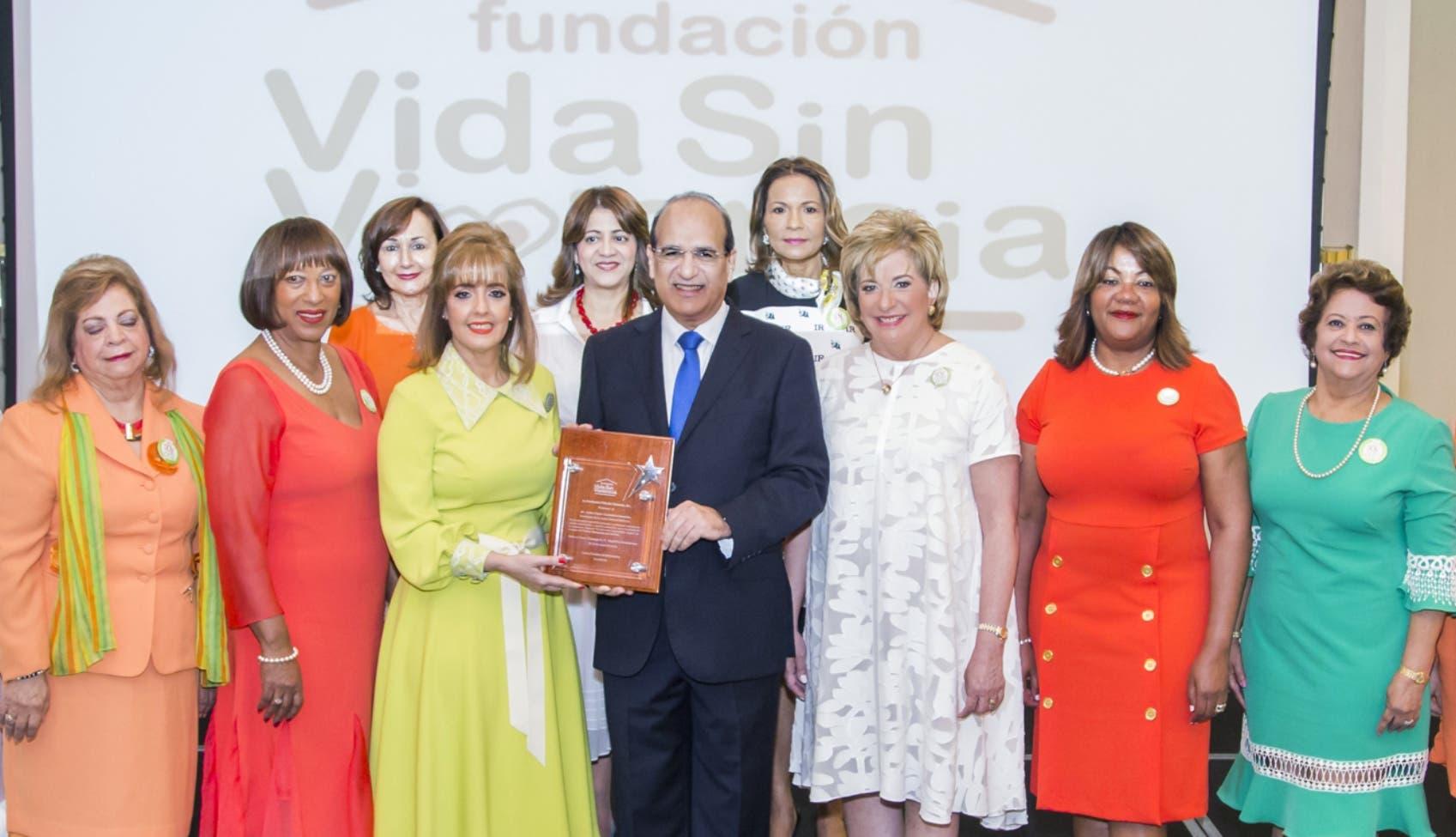 Castaños   Guzmán fue el conferencista  principal en el Tercer Desayuno de la Fundación Vida Sin Violencia.  Fuente externa