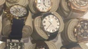 Varios relojes fueron decomisados en los cateos.