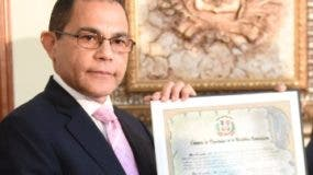 Rafael Ovalles mientras era galardonado.