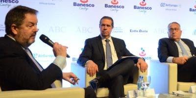 Beito Rubio, director de ABC, mientras moderaba la segunda mesa redonda  sobre turismo dominicano.  JOSÉ DE LEÓN