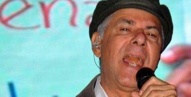 Manuel Jiménez mientras cantaba en actividad.