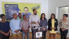El candidato a alcalde del Distrito Nacional, Bartolomé Pujals junto a varios dirigentes de El País que Queremos.