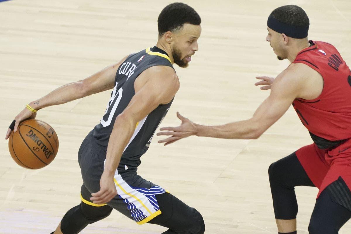 Los hermanos Curry enfrentados en el partido de anoche.