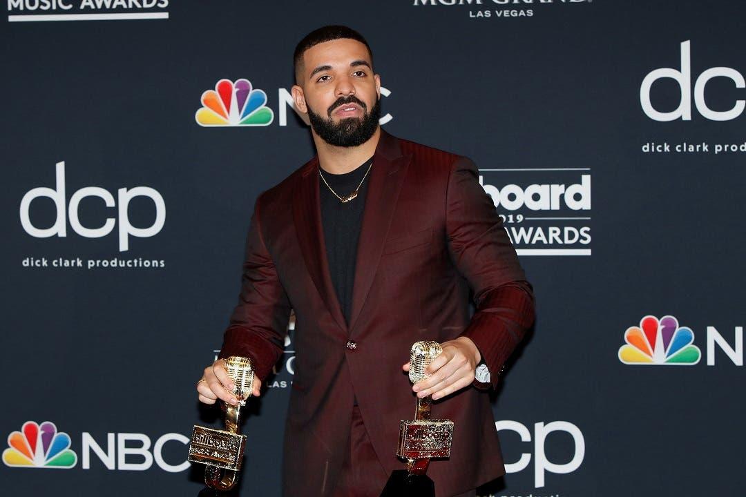 Drake posa con sus premios en la sala de prensa durante la ceremonia de entrega de los premios Billboard Music Awards, este miércoles 1, en Las Vegas, Nevada (Estados Unidos). EFE/ Nina Prommer