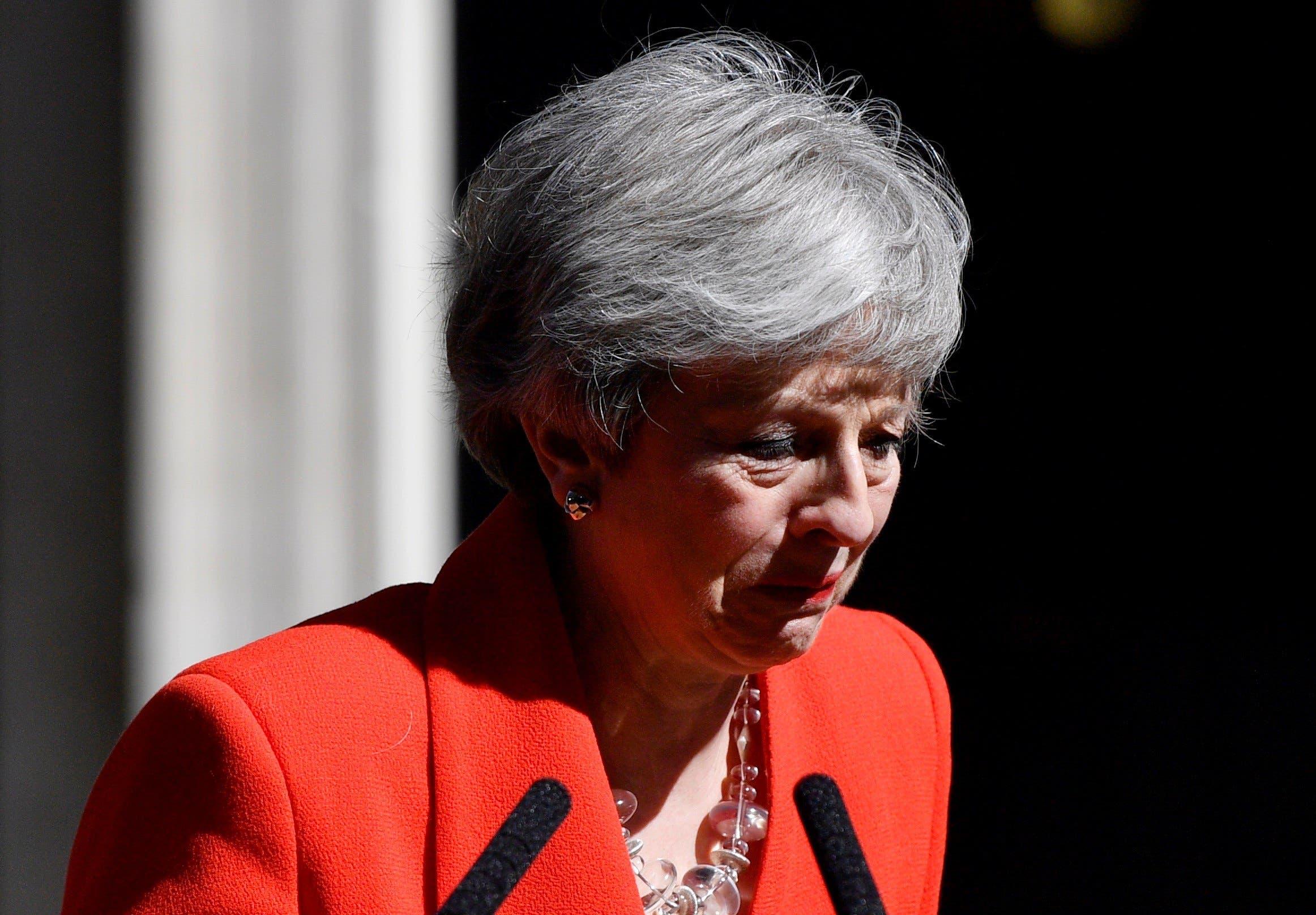 La primera ministra británica, Theresa May, se emociona mientras hace una declaración para anunciar que dimitirá el próximo 7 de junio, cuando empezará el proceso para elegir a su sucesor como líder del Partido Conservador y jefe del Gobierno del Reino Unido, este viernes, en Downing Street, Londres (Reino Unido). EFE/ Neil Hall