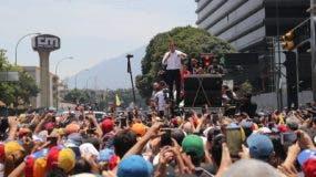 El líder opositor Juan Guaidó habla ante cientos de opositores que se manifiestan en las calles de Caracas (Venezuela) este miércoles, un día después del efímero levantamiento militar encabezado por el jefe del Parlamento, reconocido como presidente interino por medio centenar de naciones. EFE/Miguel Gutiérrez