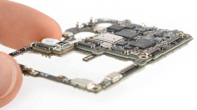 La placa madre Huawei P30 Pro utiliza tecnología de origen internacional (Imagen proporcionada por iFixIt.com).
