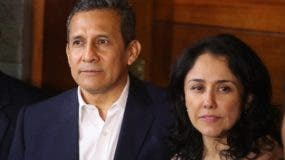 Fotografía de archivo fechada el 30 de abril de 2018 que muestra al expresidente peruano Ollanta Humala (i) y su esposa, Nadine Heredia (d), tras salir de prisión preventiva, en Lima (Perú). El expresidente de Perú Ollanta Humala (2011-2016) y su esposa, Nadine Heredia, han sido acusados formalmente de lavado de activos, en el marco del caso de los presuntos aportes de la empresa brasileña Odebrecht a su campaña electoral, de acuerdo a la petición presentada este martes por el fiscal Germán Juárez. EFE/Ernesto Arias/Archivo