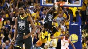Kevin Durant celebra luego que Draymond Green anotara un canasto en la victoria de su equipo los Warriors de Golden State frente a Rockets de Houston.