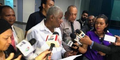 Manuel María Mercedes, presidente de la Comisión Nacional de Derechos Humanos, ofrece declaraciones en el Palacio de la Policía Nacional.