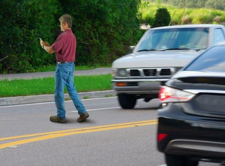 multaran-en-ny-personas-escriban-en-celulares-mientras-crucen-calles