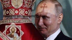 Foto de archivo. El presidente ruso Vladimir Putin junto al patriarca de la una catedral en Moscú.